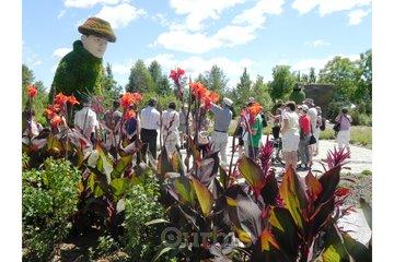 Parc Marie-Victorin à Kingsey Falls: Visite de groupe devant le géant de la botanique : Marie-Victorin et son chardon de Mingan