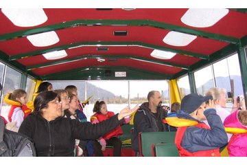 Fraser River Safari Ltd in Mission: Guests on winter cruise of the Fraser