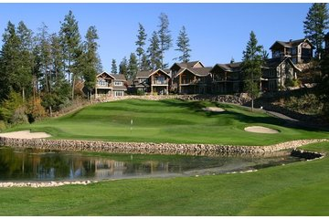 Predator Ridge Golf Resort in Vernon: 7th green with cottages