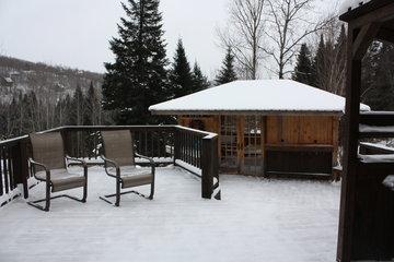 Chalets & Studios Le Vent Du Nord à Lac-Supérieur: spa exterieur et bar