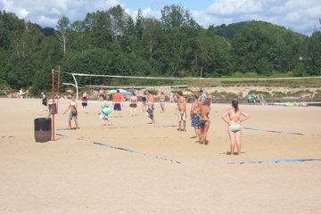 Camping Domaine Des Cedres in Brébeuf: Volleyball sur le bord de la riviere rouge