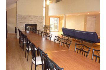Auberge Refuge Du Faubourg à Saint-Ferréol-les-Neiges: Chalet et salle de réception
