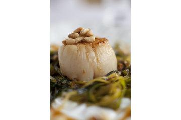 Restaurant Au Petit Resto Enr à Montréal: Pétoncle aux poireaux, raisins verts, pernod et noix de pins, gastrique aux raisins verts