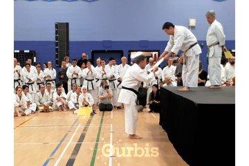 Ryu Karaté Shotokan à Chateauguay: Recevoir son certificat d'un grand maître.