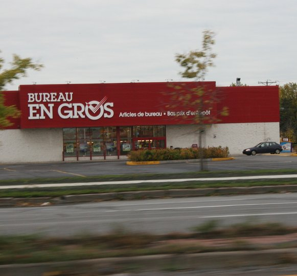 Bureau en gros staples business depot greenfield park for Bureau meuble quebec
