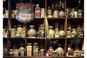 Charme et Sortilège in Montréal-Ouest: Herboristerie contenant plus de 150 herbes couramment utilisées en Magie.