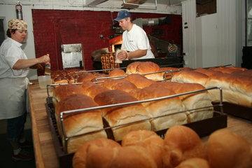 Boulangerie Hénault in Saint-Guillaume: Fabrication de beignes d'antan et du pain artisanal