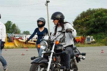 Ecole De Conduite Moto Jean-Pierre Chenu à Laval: Christine en démonstration